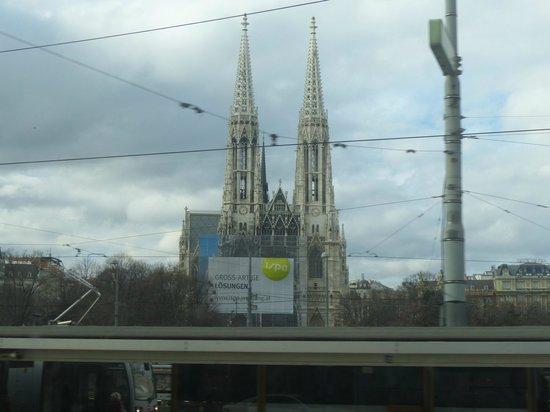 Ringstrasse: Iglesia Votiva desde el tranvía