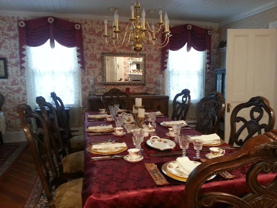 1862 Seasons On Main B&B : Stunning elegant dining room