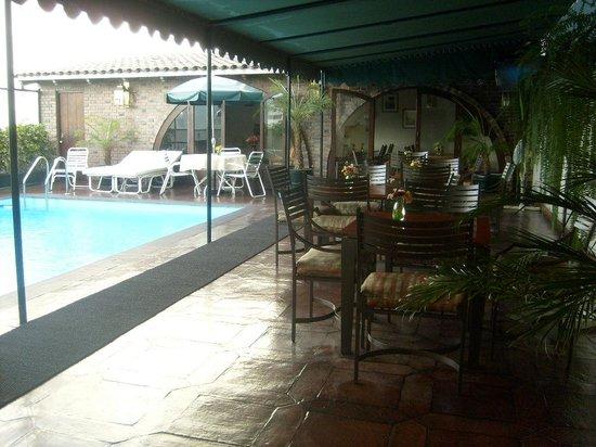 El Doral Apart Hotel : la piscina y el barcito de la terraza