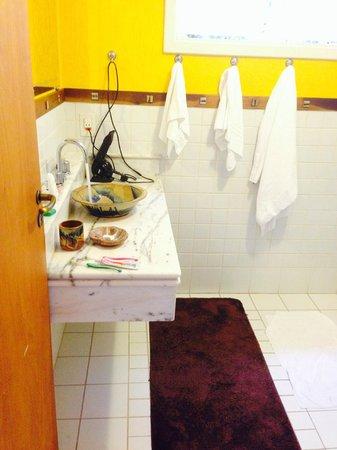 Pousada Cheverny: Banheiro/pia