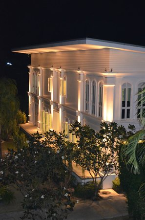 The Old Phuket: административное здание, там теннисный зал, тренажеры и игровая