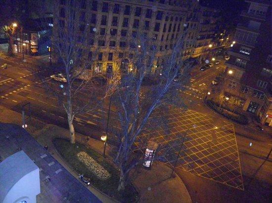 Leonardo Hotel Madrid City Center: Vista nocturna desde mi habitación..