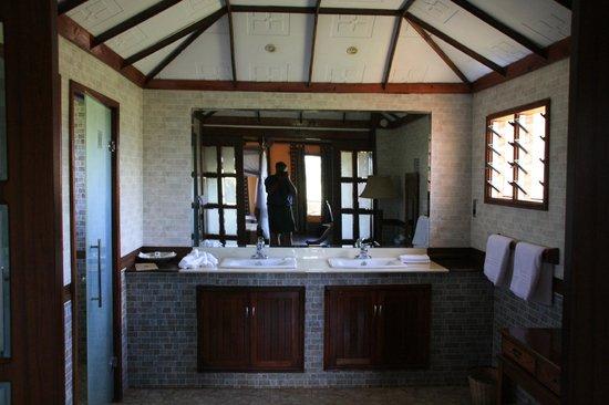 Kilima Safari Camp: Bathroom - sink area
