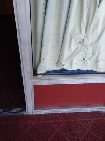 Midway Budget Inn: Cigarette in window.
