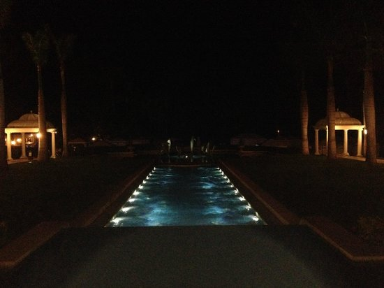 Grand Wailea - A Waldorf Astoria Resort : Night view of the hotel grounds