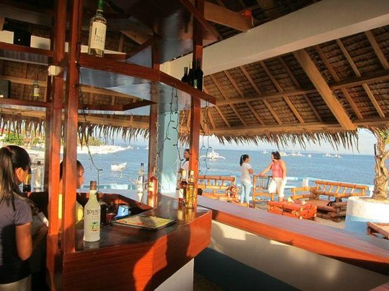 Blue Corals Beach Resort: Happy hour at the bar