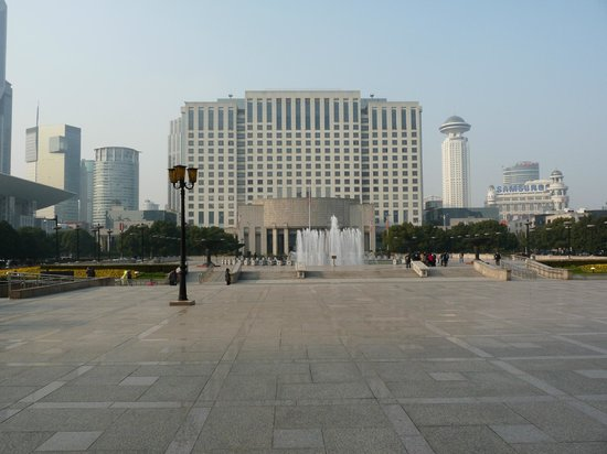 Museo de Shanghai: Grand buildings in the area