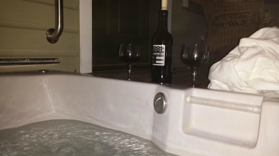 The Wild Iris Inn: Relaxing in the private jacuzzi tub