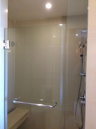 Courtyard by Marriott Bangkok: Shower cube