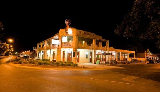 Delatite Hotel Bistro: Delatite Hotel at night