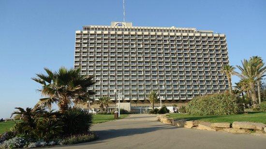 Hilton Tel Aviv: Hotel from the beach side...