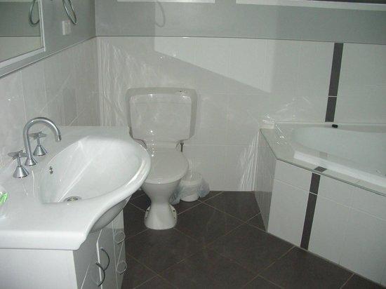 Jackie Howe Motel: 3 bedroom unit bathroom
