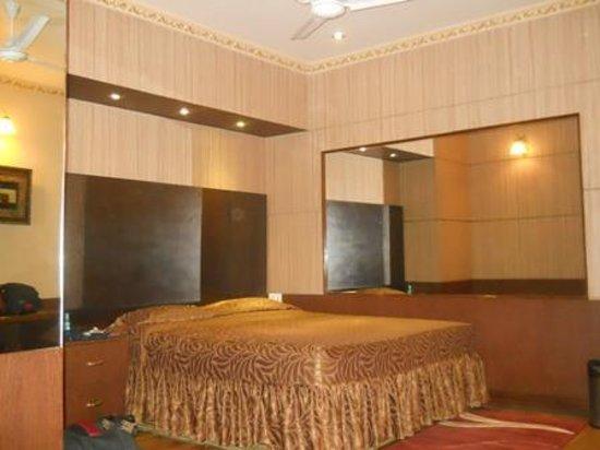 Blueberry Inn: inside room...the bed