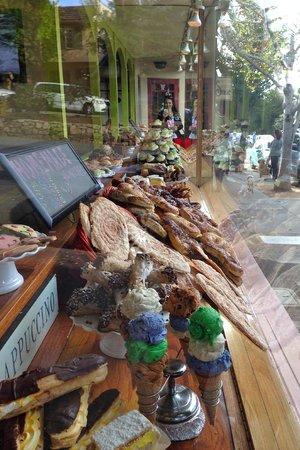 Carmel Bakery: Window shopping for sweat treats!