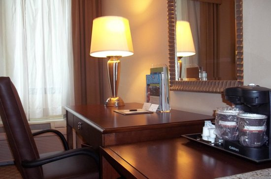 Doubletree by Hilton Hotel Columbia : I liked the desk as it provided plenty of room to work.