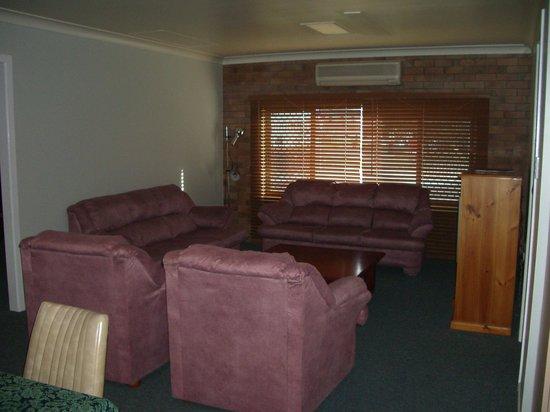Jackie Howe Motel: lounge in the 3 bedroom unit