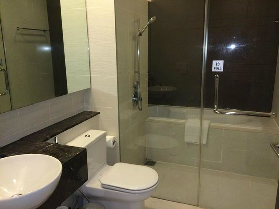 PARKROYAL Serviced Suites Kuala Lumpur : Bathroom - separate bath tub and shower