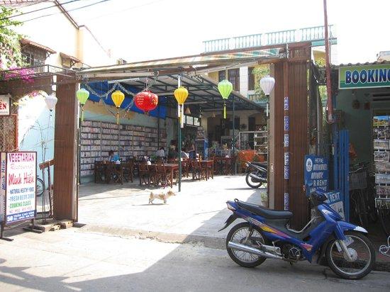 Minh Hien Vegetarian Restaurant: View of Minh Hien from road