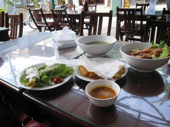 Minh Hien Vegetarian Restaurant: Ban xeo with peanut dip, cao lau noodles and a yummy mushrom and rice congee