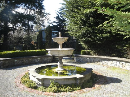 English Inn: Fountain in garden