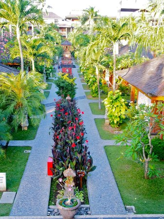 Bali Mandira Beach Resort & Spa: The walkway amongst the bungalows