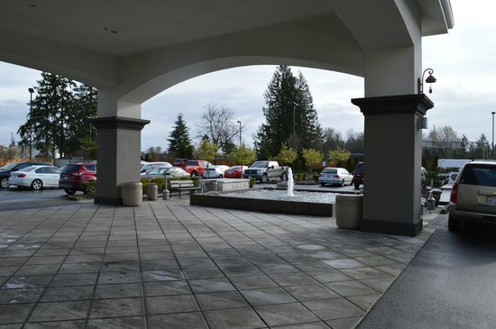 Holiday Inn Express & Suites Tacoma South - Lakewood : Fountain / main entrance