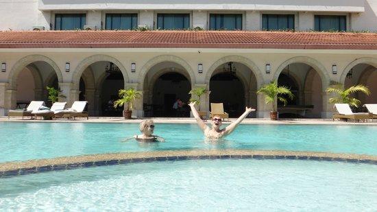Waterfront Cebu City Hotel & Casino: Основной бассейн отеля