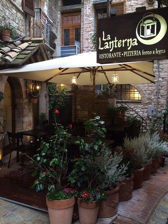 La Lanterna: Posti esterni fantastico scorcio di Assisi