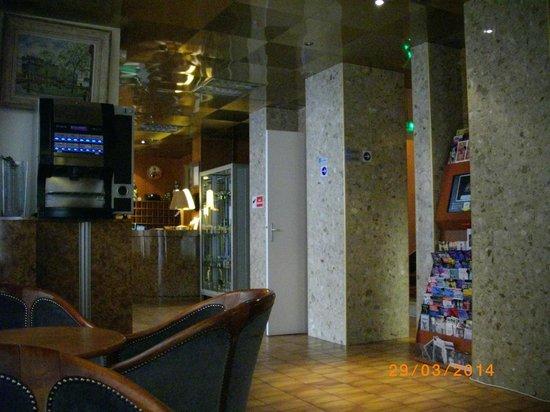 Fiat Hotel : вид из зоны столовой на ресепшен