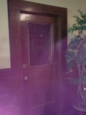 Hotel Jeffery: Do you see the lady in the door?