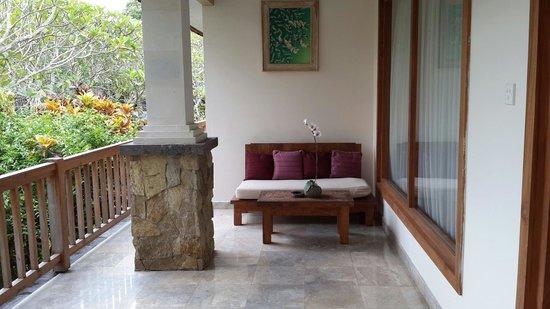 Sri Ratih Cottages: Huge balcony.
