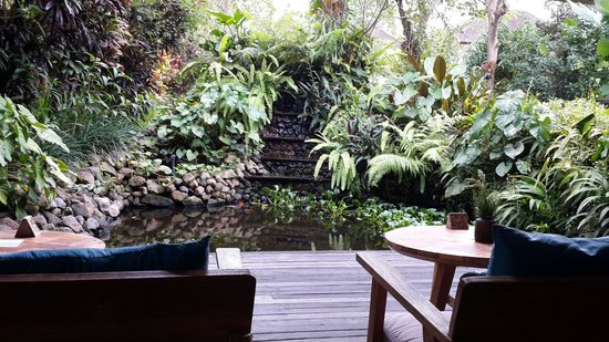 Sri Ratih Cottages: Serene lower deck of the cafe area.