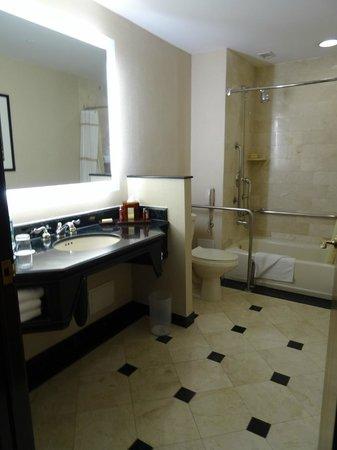 Panama Marriott Hotel: Large bathroom