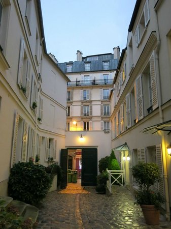 Hotel des Grandes Ecoles: nice corridor to the main door