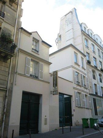 Hotel des Grandes Ecoles: entrance