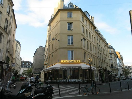 Hotel des Grandes Ecoles: cafe nearby