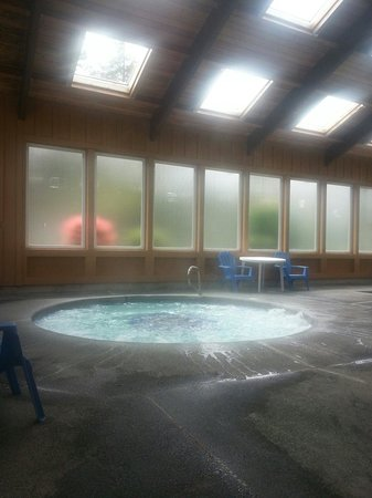 RV Resort at Cannon Beach: The hot tub.