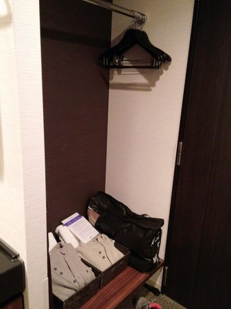 Dormy inn Premium Wakayama: 大門側的壁櫉,有額外的毛毯和浸溫泉用的浴巾和衣服