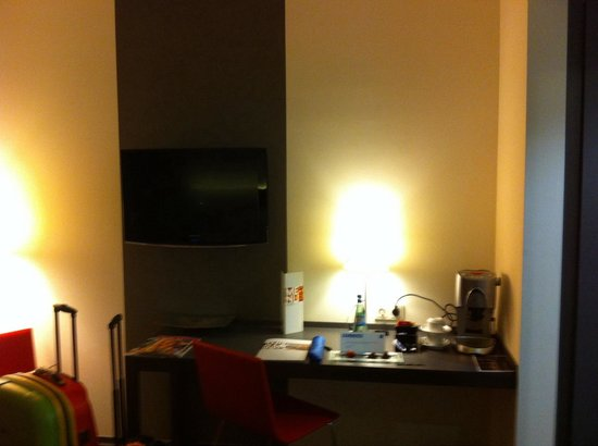Tryp Berlin Mitte: Tv and desk . Premium rooms have a nice coffee machine