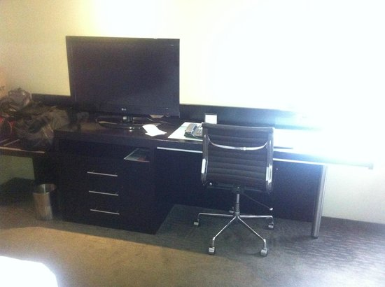 Hilton Cairns: Luggage and work area