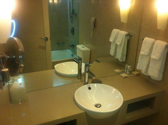 Hilton Cairns: Nice bathroom