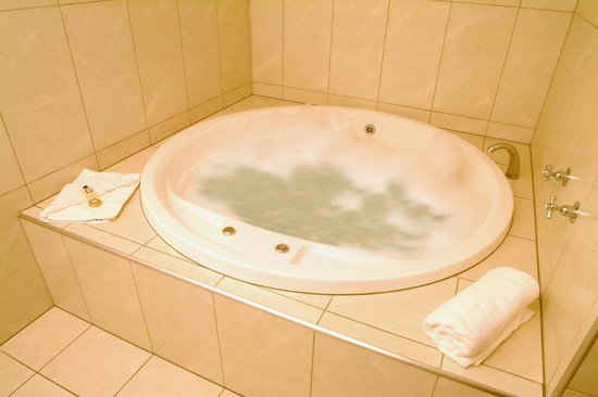 Emerald Spa Motor Inn: Large Spa Bath in every suite