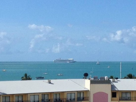 Whitsunday Terraces Resort : View of a cruise ship from the balcony