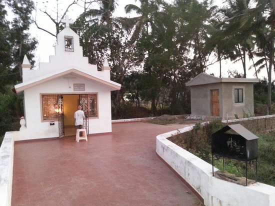 Goa picture of lucia beach guest house candolim tripadvisor for Guest house in goa with swimming pool
