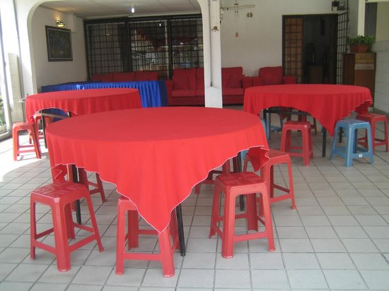 Sunway Lagoon Homestay: Buffet tables and chairs