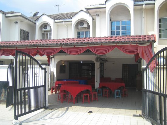 Sunway Lagoon Homestay: Entrance to property with buffet tables set