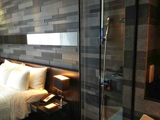 The Quincy Hotel by Far East Hospitality: Kamar tidur bisa terlihat dari kamar mandi!