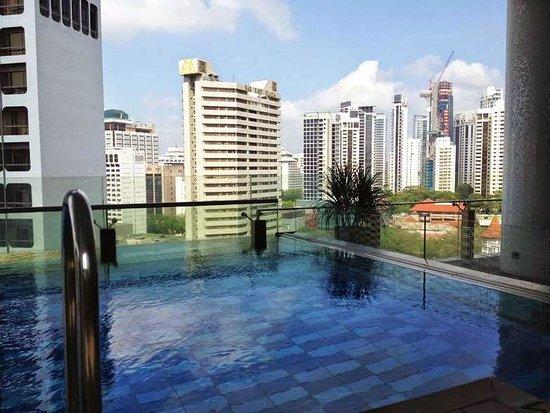 The Quincy Hotel by Far East Hospitality: Kolam renang dengan pemandangan super keren!