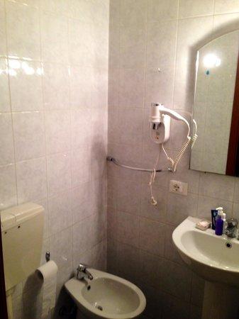 Hotel Edy: Baño