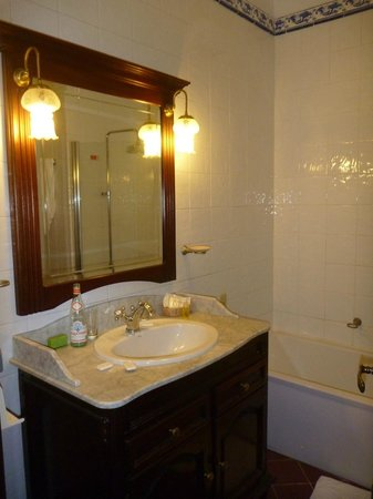 Hotel Santa Isabel : The bathroom